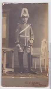 70881 Kabinett Foto Karabinier Borna mit Helm und Säbel um 1915