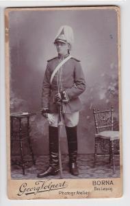 77627 Kabinett Foto Karabinier Borna mit Helm und Säbel um 1915