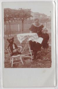 76022 Foto Ak Kind mit Teddybär, Puppe und Ball 1929
