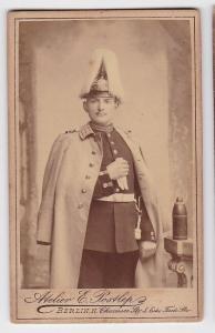 88358 Original Kabinett Foto Soldat Berlin mit Garde Paradehelm um 1915