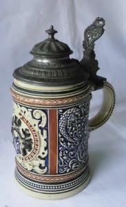 Alter Keramik Bierkrug mit Heraldik Wappen & Zinndeckel 1/2 Liter 1889 (115586)