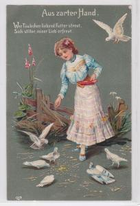 92580 Reim Präge Ak Mädchen füttert Tauben