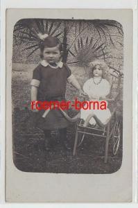68892 Foto Ak Kind mit Puppenwagen und Puppe um 1910