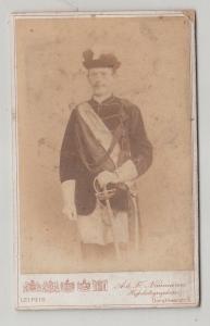 69483 Kabinettfoto Student Leipzig in Uniform mit Degen und Mütze um 1900