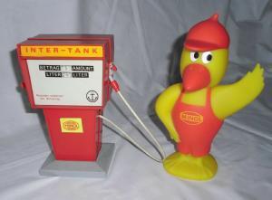 Alte DDR Gummi Figur Minol Pirol und Spielzeug Tankstelle (111624)