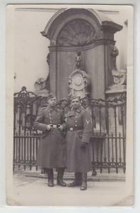 68003 Foto Ak 2 Deutsche Luftwaffensoldaten in Brüssel vor Manneken pis 1941