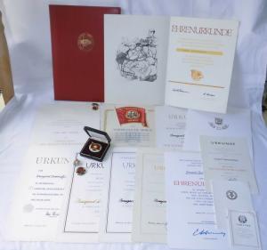 Umfanreiches DDR Urkundenkonvolut mit 13 Urkunden ab 1954 (111933)