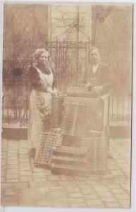 86916 Foto Ak Korbflechter bei der Herstellung von Flaschenbehältern um 1920