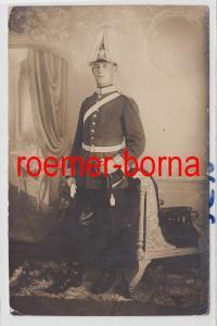 85147 Foto Ak Soldat in Paradeuniform mit Paradehelm und Säbel 1915