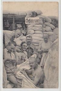 69022 Ak Deutsche Soldaten im Schützengraben mit Pistole 1.Weltkrieg um 1915