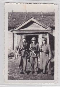 87728 Orig. Foto 3 Soldaten mit Handgranaten im Koppel 2.Weltkrieg