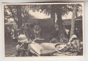 69110 Original Foto Deutsche Soldaten PKW und Motorrad bei Rast im 2.Weltkrieg