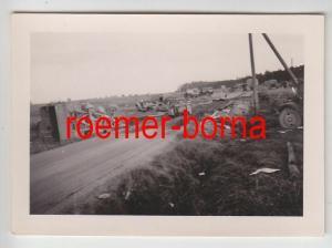 68386 Original Foto Militärkolonne nach Fliegerangriff im 2.Weltkrieg