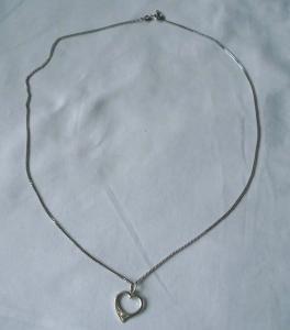 Charmante Kette aus 925er Silber mit süßem Herz Anhänger (107570)