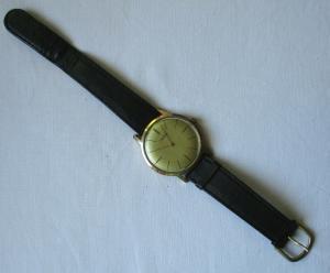 Seltene flache DDR Armbanduhr Ruhla mit Lederarmband (134477)