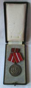 DDR Verdienstmedaille der nationalen Volksarmee NVA in Silber 900er Ag (104119)