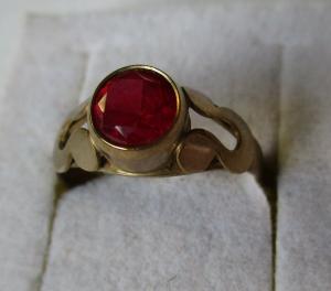 Dekorativer Damenring 333er Gold mit rotem Stein Rubin? (107176)