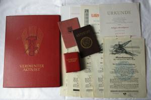 Seltene Urkunde Verdienter Aktivist 1958 in Original Urkundenmappe (129486)