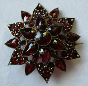 Prunkvolle Granatschmuck Silber Brosche 55 Granate Ø 3,7 cm (108343)