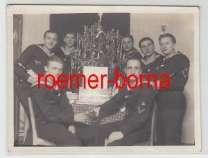 80138 Foto Gruppe Matrosen feiert eiserne Weihnachten mit Baum 2.Weltkrieg