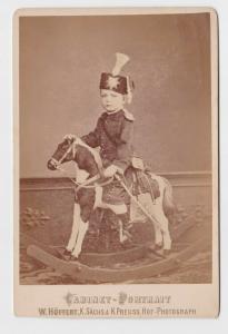 58424 Kabinett Foto Kind in Uniform mit Säbel auf Schaukelpferd um 1900