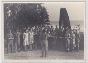 61291 Foto Ak Schwadorf Bruck Soldaten vor abgeschossenem Flugzeug 1942
