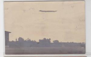 94382 Foto AK Ortsansicht Halle? mit Zeppelin am Himmel 1913