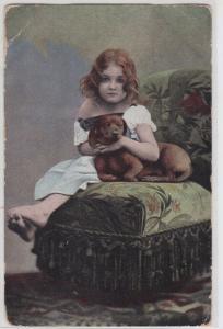 94051 Künstler AK Mädchen streichelt ihren Dackel auf einem Hocker 1903