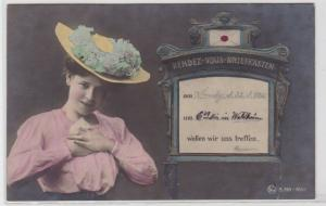 93152 Künstler AK Rendez Vous Briefkasten - Dame drückt sich Brief an die Brust