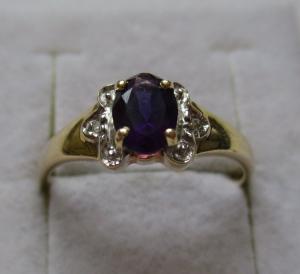 Charmanter 585er Gold Ring mit 2 Diamantsplitter & lila Edelstein (117340)