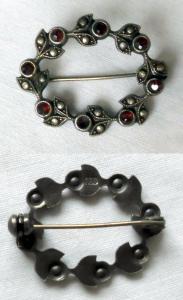 Wunderbare runde Brosche 835er Silber mit roten Steinen um 1930 (118770)