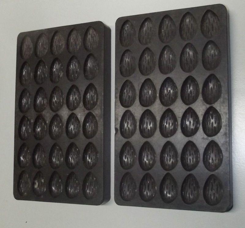 2 Ostereier Formen mit geriffelter Oberfläche Bakelit Schokoladen Form 1