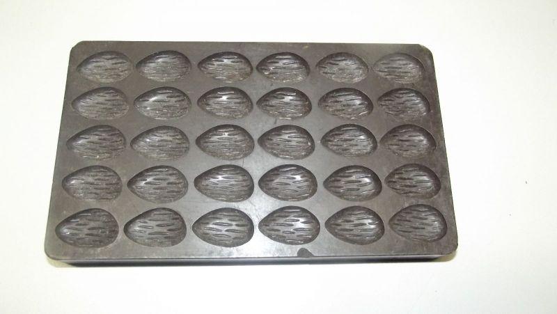 2 Ostereier Formen mit geriffelter Oberfläche Bakelit Schokoladen Form 2