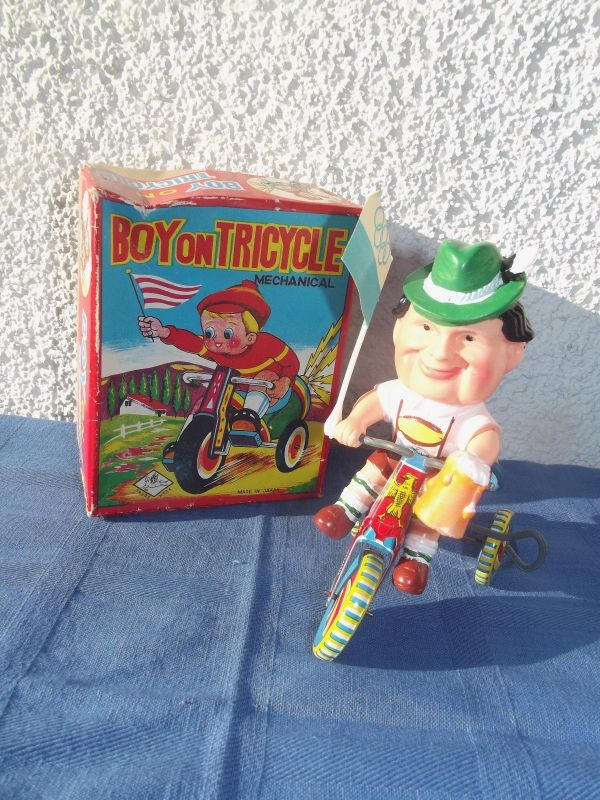 X -Blechspielzeug Toys Japan Boy on Tricycle Olympia Bayer mit Bierkrug Fahrrad