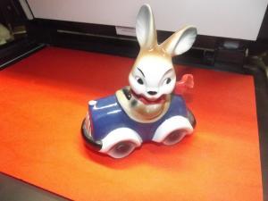 Goebel Figur Hase im Cabrio, Auto blau Rennfahrer