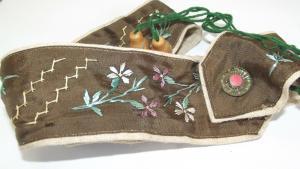 Antikes Trachten Band Blumen bestickt auf Leinen