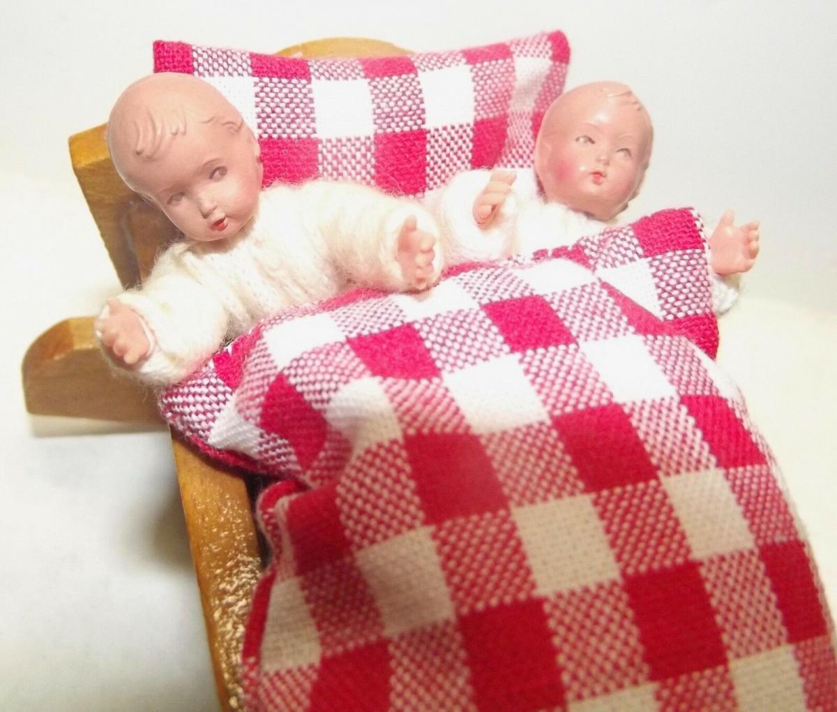 Zwei kleine Biege Puppen Püppchen in einer Wiege 1