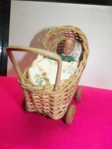 Antiker Puppenstuben Kinderwagen Korbwagen mit Biege Puppe Junge Holzräder