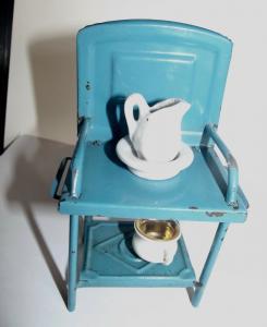 Blech Waschtisch mit Garnitur Nachttopf Waschschüssel für die Puppenstube