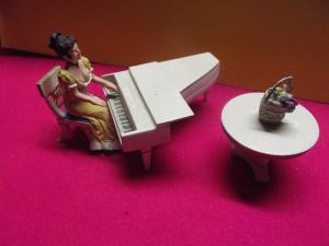 Frau am Klavier Stuhl Tisch Blumenkorb für die Puppenstube alles Zinn England