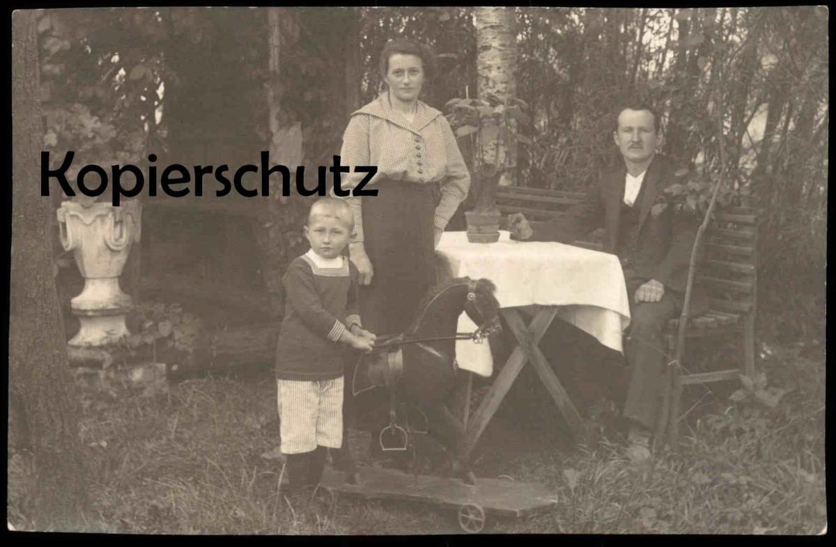 ALTE FOTO POSTKARTE FAMILIE MIT SCHAUKELPFERD rocker rocking horse cheval à bascule Kind child enfant Foto postcard AK