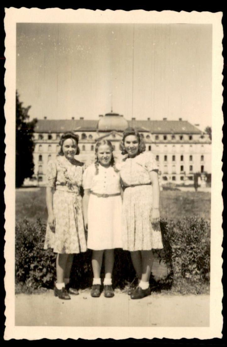 ALTES Foto Donaueschingen 1943 Frauen vor Schloss women chateau castle femmes photo 5,8*8,9 cm