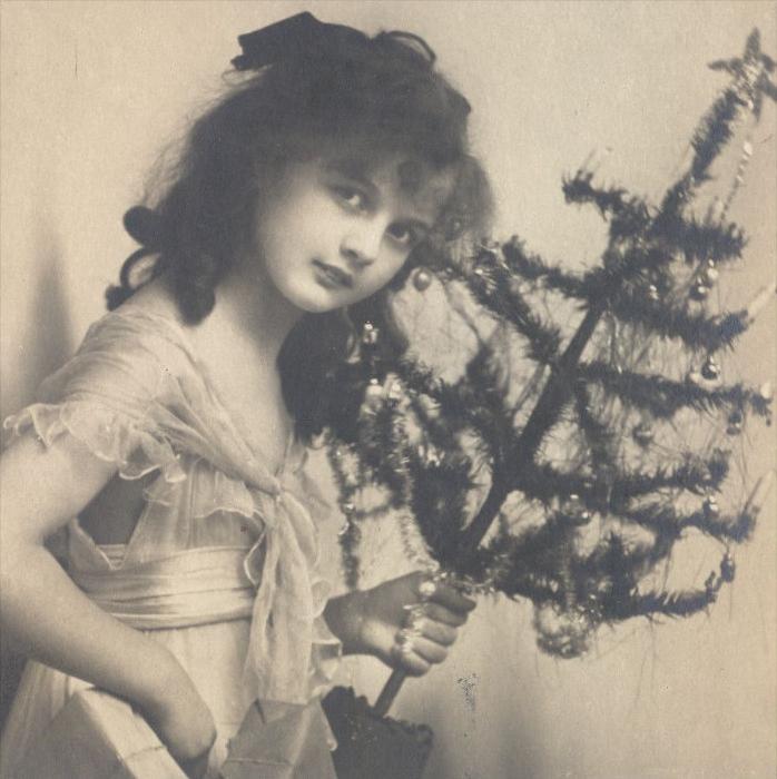 ALTE POSTKARTE WEIHNACHTEN KIND MIT CHRISTBAUM christmas tree arbre de noel enfant jeune femme girl child cpa postcard 1
