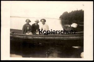 ALTE FOTO-POSTKARTE ZWEI FRAUEN & MANN BOOT AUF EINEM SEE RUDERBOOT rowboat ship barque Ansichtskarte cpa photo postcard