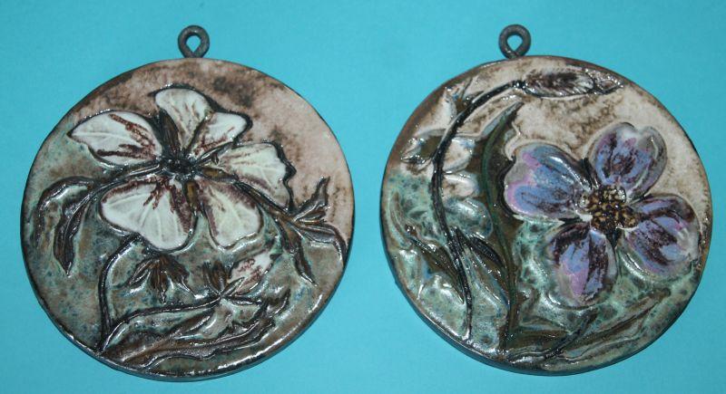 04) 2 x Wandkeramik Wandfliese , Blumenmotive. 60er 70er Jahre. Wohl Ruscha (?)