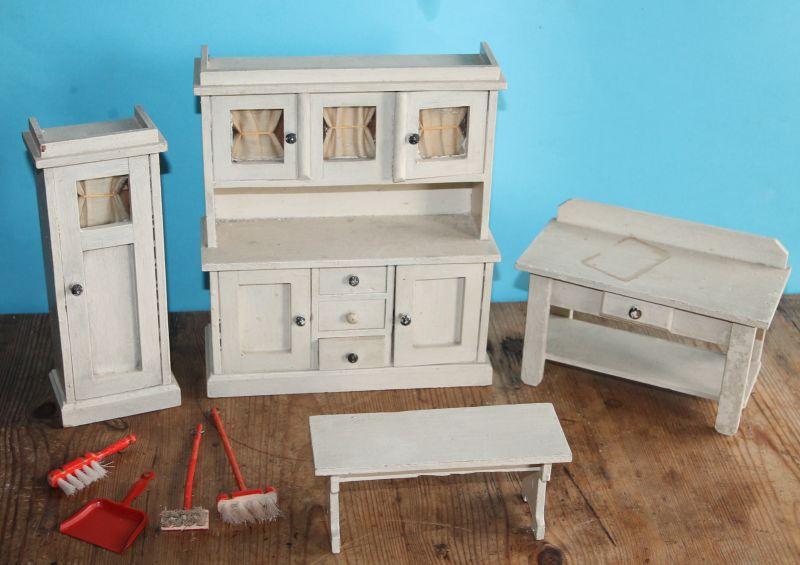 Möbel für Puppenküche. Küche . Puppenstube . Holz . Küchenschrank, Besenschrank, Tisch u. Beistelltischchen, Zubehör