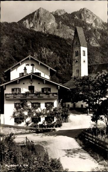 Ak Nußdorf am Inn im Kreis Rosenheim Oberbayern, Wohnhaus mit Kirche