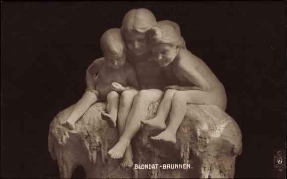Ak Plastik von Blondat, Brunnen, Drei Kinder auf einem Stein sitzend
