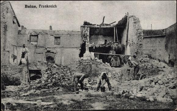 Ak Beine Yonne, Ansicht eines zerstörten Hauses, Arbeiter