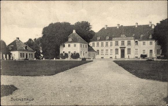 Ak Svenstrup Dänemark, Ansicht eines alten Hauses, Grünanlagen